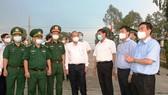Phó Thủ tướng Thường trực Trương Hòa Bình, cùng đoàn công tác của Chính phủ, kiểm tra phòng, chống Covid-19 ở huyện biên giới Tân Hồng, tỉnh Đồng Tháp