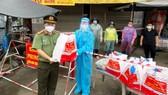 Công an tỉnh An Giang hỗ trợ 1.500 phần quà cho khu vực cách ly, phong tỏa
