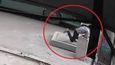 Hình ảnh cắt từ clip: Người đàn ông lọt xuống hố ga tử vong