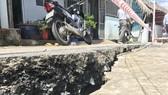Khẩn trương xây dựng các dự án kè chống sạt lở. Ảnh: QUỐC HÙNG