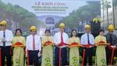 Bí thư Thành ủy TPHCM Nguyễn Thiện Nhân, Chủ tịch UBND TPHCM Nguyễn Thành Phong cùng lãnh đạo TP thực hiện nghi thức khởi công công trình khôi phục, nâng cấp công viên trước Nhà hát Thành phố, sáng 5-6-2020. Ảnh: CAO THĂNG