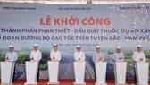 Phó Thủ tướng Thường trực Trương Hòa Bình cùng các đồng chí lãnh đạo nhấn nút khởi công dự án cao tốc Dầu Giây - Phan Thiết