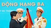 Thừa ủy quyền Chủ tịch nước, đồng chí Nguyễn Thành Phong trao Huân chương Lao động hạng Ba cho Sở Giao thông Vận tải TPHCM