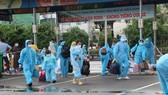 Người dân Phú Yên chuẩn bị về quê tránh dịch. Ảnh: QUỐC HÙNG