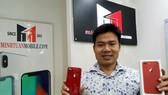 Ông Minh Tuấn với iPhone 8 Plus màu đỏ