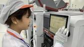 Một công nhân trong nhà máy sản xuất di động Vsmart