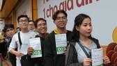"""Những khách hàng đầu tiên của chương trình """"Tết này về nhà cùng OPPO"""" tại TPHCM"""