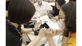 Khách hàng nhận Galaxy S20 tại FPT Shop