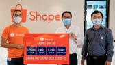 Đại diện Shopee Việt Nam (trái) trao tặng hỗ trợ cho đại diện Hội Thầy thuốc trẻ Việt Nam
