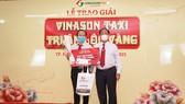 Ông Tạ Long Hỷ - Phó tổng Giám đốc Thường trực kiêm Giám đốc Taxi Vinasun trao quà cho tài xế phục vụ khách đạt giải Lộc vàng