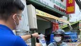 Nhân viên FPT Long Châu gởi quà đến người dân trong khu phong toả