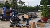 Nhóm triển khai của FPT tập kết thiết bị tại bệnh viện dã chiến
