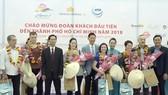 """Lãnh đạo UBND TPHCM, ngành du lịch TPHCM đón đoàn khách quốc tế """"xông đất"""" du lịch TPHCM sáng 1-1-2018. Ảnh: ĐÌNH DƯ"""