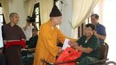 Đoàn đã thăm hỏi, động viên và trao 180 phần quà cho các thương bệnh binh đang được chăm sóc, nuôi dưỡng, điều trị tại Hà Nam