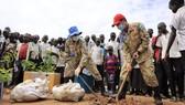 Chiến sĩ mũ nồi xanh của Việt Nam trồng cây gây bóng mát ở Nam Sudan