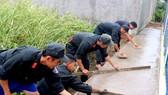 Cảnh sát cơ động giúp người dân ngoại thành TPHCM bê tông hóa hẻm