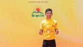 Nguyễn Đắc Thời lần đầu tiên trong sự nghiệp mặc áo vàng.