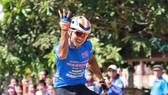 Lê Nguyệt Minh giơ 4 ngón tay ăn mừng chiến thắng thứ 4. Ảnh: Huỳnh Văn Thuận