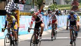 Tay đua Son Eunju (Hàn Quốc) vui mừng khi thắng chặng. Ảnh: DƯ HẢI