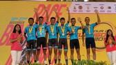 Đội Bike Life Đồng Nai trên bục nhận thưởng.