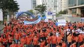 Hàng ngàn người dân thành phố tham gia đi bộ từ thiện.