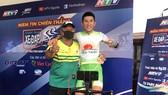 Lê Ngọc Sơn vui mừng cùng HLV Lê Thanh Liêm.