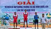 Nguyễn Tuấn Vũ trên bục nhận huy chương. Ảnh: Đinh Thanh Long