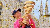 Tao Geoghegan Hart đăng quang Giro d'Italia 2020.