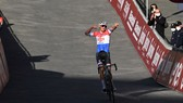 Mathieu van der Poel chiến thắng Strade Bianche 2021.