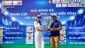 Đại diện nhà tài trợ trao Cúp tổ chức cho BTC giải