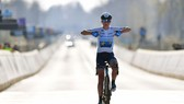 Annemiek van Vleuten lại đăng quang Tour of Flanders sau 10 năm