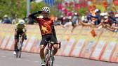 Tay đua Võ Minh Gia Bảo ăn mừng chiến thắng. Ảnh: HOÀNG HÙNG