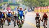 Tay đua Lê Nguyệt Minh ăn mừng chiến thắng. Ảnh: HOÀNG HÙNG