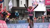 Áo hồng Egan Bernal một mình về đích thắng chặng 16