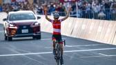 Anna Kiesenhofer một mình về đích mừng chiến thắng