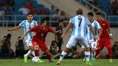 Tuấn Anh trong vòng vây của các cầu thủ Argentina. Ảnh: Quang Thắng
