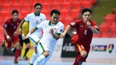 Cầu thủ U.20 futsal Việt Nam và Indonesia thi đấu quyết liệt trên sân.