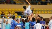 Niềm vui của HLV Bảo Quân và các cầu thủ Thái Sơn Nam (ảnh: DŨNG PHƯƠNG)