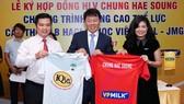 Lãnh đạo tập đoàn HA.GL, đại diện nhà tài trợ và HLV Chung Hae-seong (giữa). Ảnh: HOÀNG HÙNG