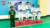 Đại tá PGS TS Vương Văn Hùng – Phó Hiệu trưởng Trường ĐH CSND trao huy chương cho các VĐV ở hạng cân -52kg nữ.