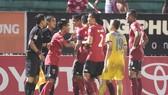 Cầu thủ đội Long An phản ứng trọng tài khi bàn thắng không được công nhận. Ảnh: DŨNG PHƯƠNG