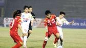 Hậu vệ đội Hà Nội I cố gắng ngăn chặn pha đi bóng của Hoài Lương (5, TPHCM). Ảnh: ANH TRẦN