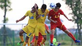 Viettel (áo đỏ) giành chiến thắng cách biệt trước SLNA