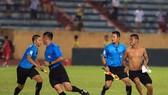 Khán giả chạy vào sân sau trận Nam Định - SLNA. Ảnh: MINH HOÀNG