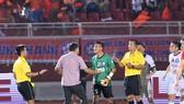 Sai lầm của thủ môn Văn Hưng góp phần giúp CLB TPHCM ngược dòng thành công. Ảnh: NGUYỄN NHÂN