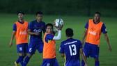 Đội U23 Việt Nam trong buổi tập làm quen sân Mỹ Đình tối 2-8. Ảnh: MINH HOÀNG