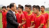 Thứ trưởng Lê Khánh Hải trong lần đến thăm đội tuyển trẻ. Ảnh: MINH HOÀNG
