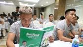 Trần Phi Sơn cùng các cầu thủ CLB TPHCM tại buổi gặp gỡ. Ảnh: DŨNG PHƯƠNG