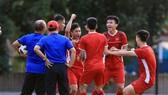 Sân tập rộn tiếng cười của đội Việt Nam vào chiều 25-8