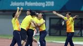 Ông Park cùng các cộng sự vui mừng sau trận đấu. Ảnh: DŨNG PHƯƠNG